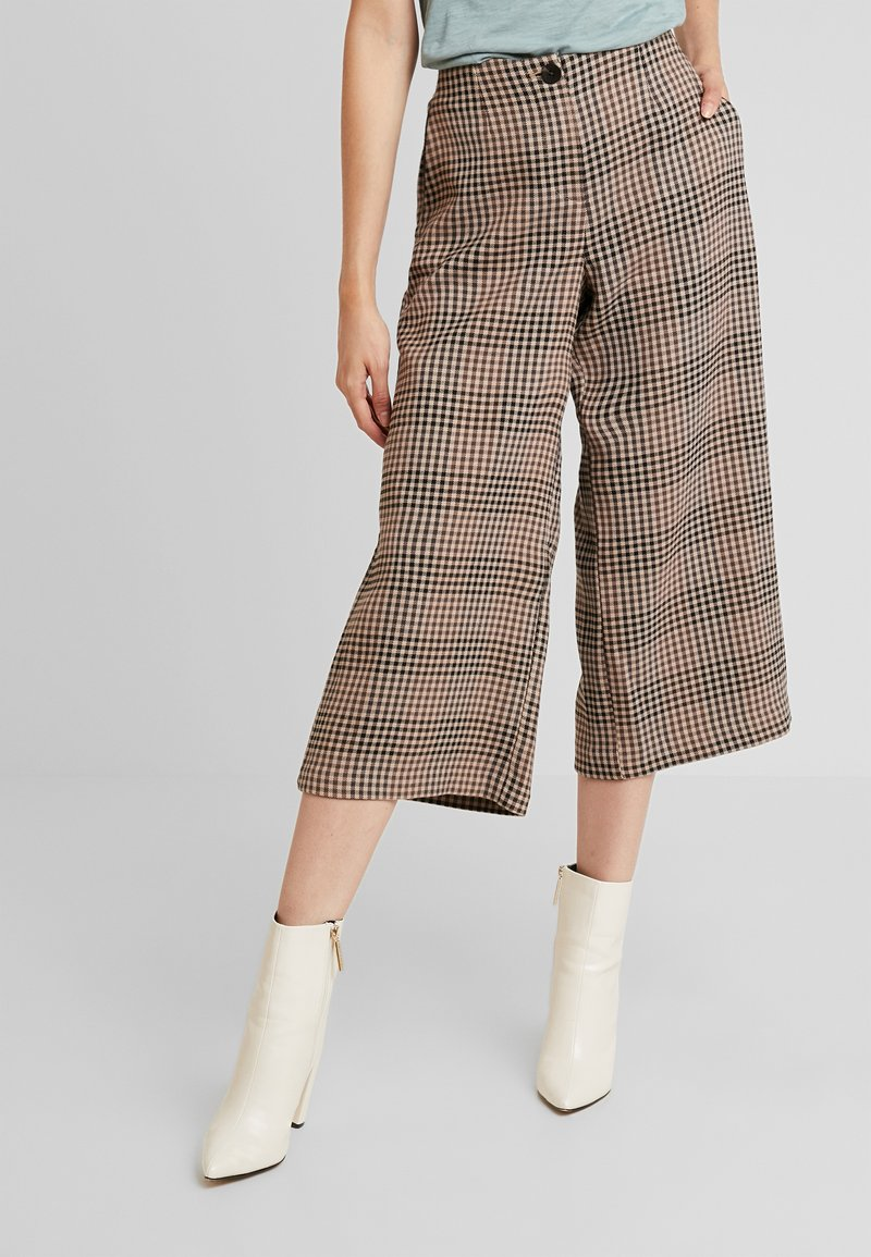 Vila - VIDARSY CROPPED PANTS - Stoffhose - toffee/tigers eye tornado black