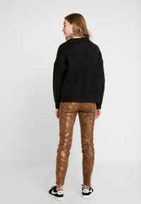 Vila - Trousers - toffee - 2