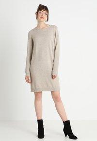 Vila - VIRIL DRESS - Pletené šaty - natural melange - 1