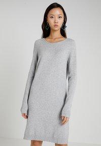 Vila - VIRIL DRESS - Pletené šaty - light grey melange - 0