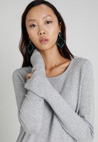 Vila - VIRIL DRESS - Pletené šaty - light grey melange - 3