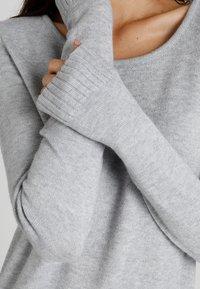 Vila - VIRIL DRESS - Pletené šaty - light grey melange - 5