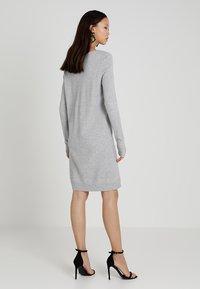Vila - VIRIL DRESS - Pletené šaty - light grey melange - 2