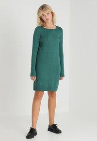 Vila - VIRIL DRESS - Pletené šaty - bayberry/melange - 1