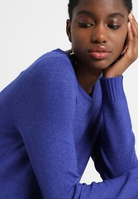 Vila - VIRIL DRESS - Pletené šaty - clematis blue/melange - 4