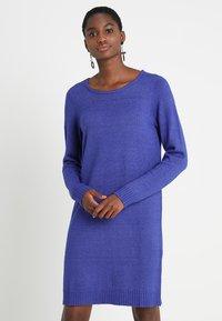 Vila - VIRIL DRESS - Pletené šaty - clematis blue/melange - 0