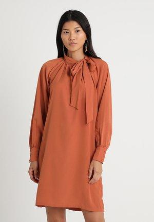 VIADALYN DRESS - Robe d'été - mecca orange