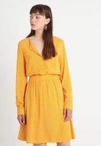 Vila - VIMEANA DRESS - Skjortekjole - nugget gold/white - 0