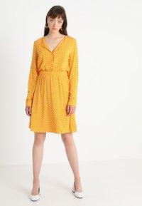 Vila - VIMEANA DRESS - Skjortekjole - nugget gold/white - 2