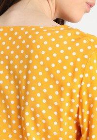 Vila - VIMEANA DRESS - Skjortekjole - nugget gold/white - 6