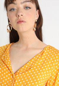 Vila - VIMEANA DRESS - Skjortekjole - nugget gold/white - 4