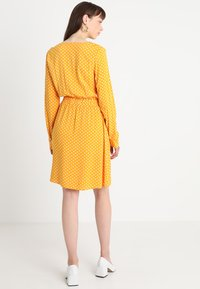 Vila - VIMEANA DRESS - Skjortekjole - nugget gold/white - 3
