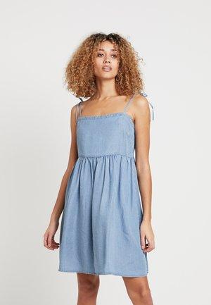 VIVERTICA STRAP DRESS - Spijkerjurk - medium blue denim/cloud dancer