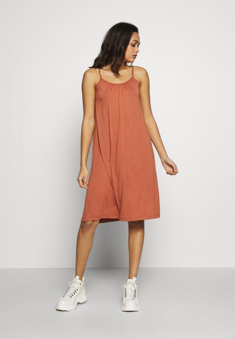 Vila - VIFIONA STRAP DRESS - Jerseyjurk - copper brown