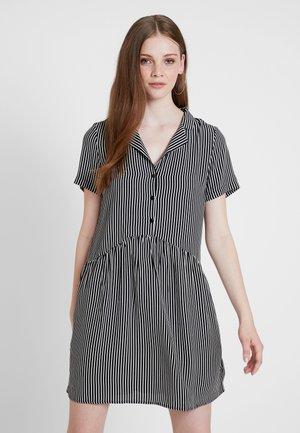 VISUSTRI SHORT DRESS - Košilové šaty - cloud dancer/black