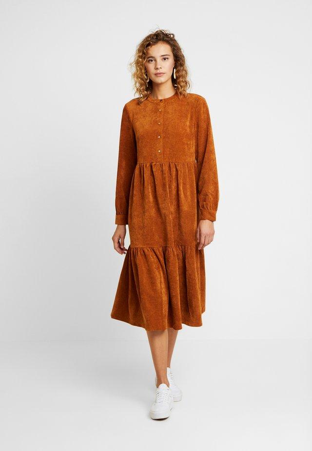 VIGAIL DRESS - Skjortklänning - caramel café