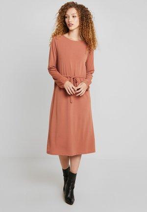 VITELMA DRESS - Robe en jersey - copper brown