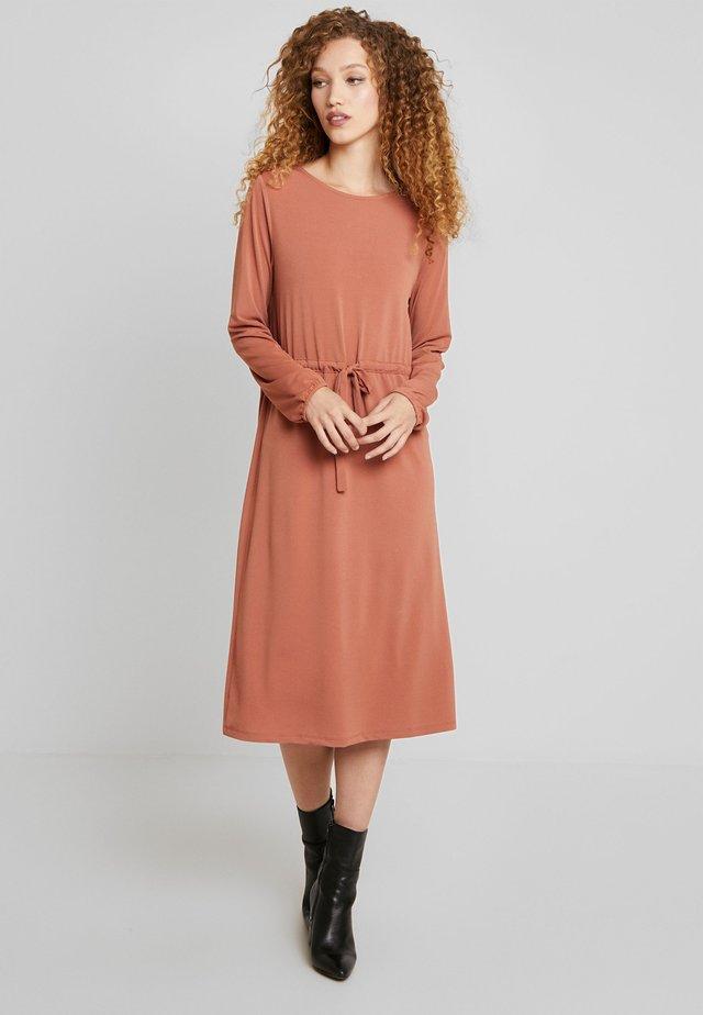 VITELMA DRESS - Jerseyjurk - copper brown