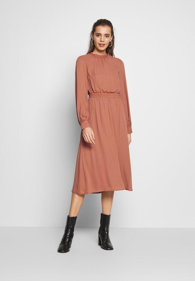 VIGALYA DRESS - Vardagsklänning - copper brown