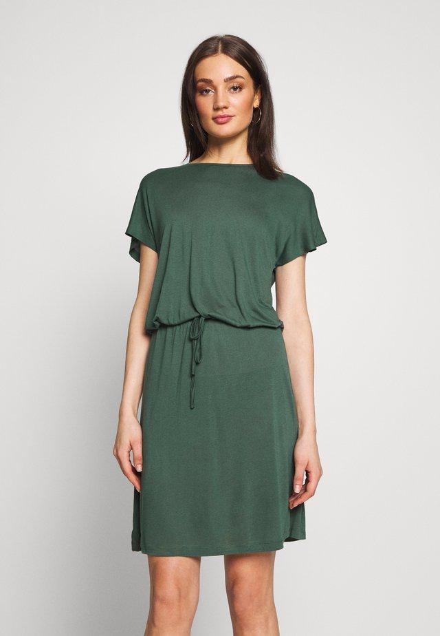 VIAGNES DRESS - Jerseyklänning - garden topiary
