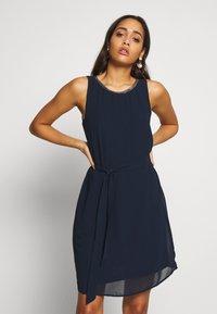 Vila - VIZENTA PEARL TIE DRESS - Robe d'été - navy blazer - 0