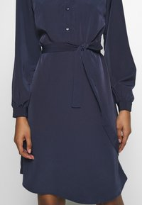 Vila - VISIMPLE BUTTON TIE DRESS - Skjortekjole - navy blazer - 4