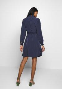Vila - VISIMPLE BUTTON TIE DRESS - Skjortekjole - navy blazer - 2