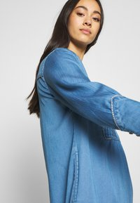 Vila - VIMAKENNA 3/4 DRESS - Dongerikjole - medium blue denim - 3