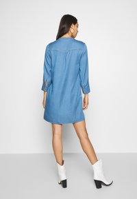 Vila - VIMAKENNA 3/4 DRESS - Dongerikjole - medium blue denim - 2