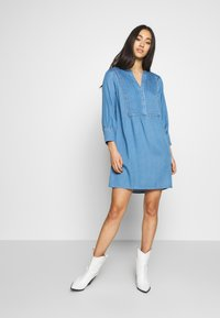 Vila - VIMAKENNA 3/4 DRESS - Dongerikjole - medium blue denim - 1