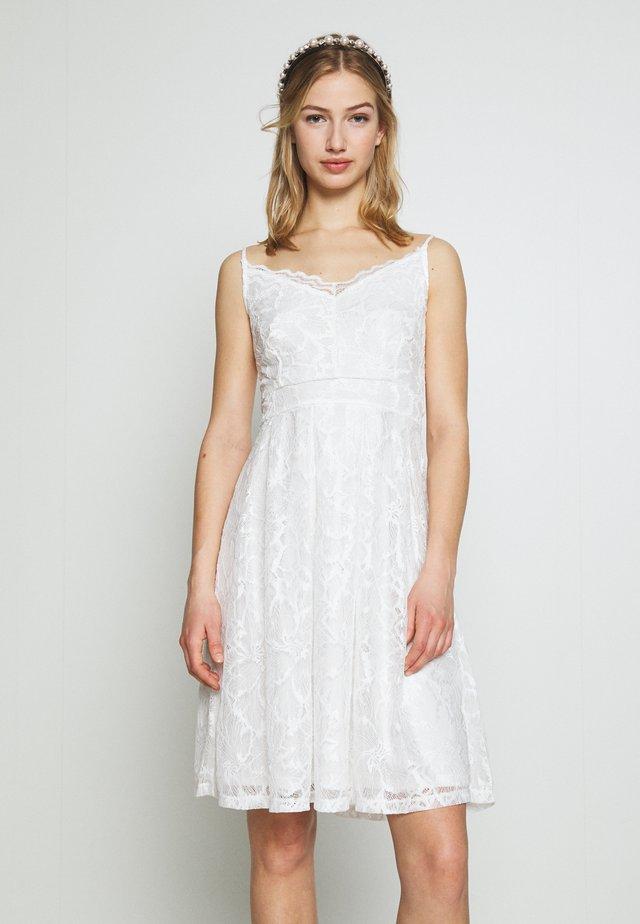 VICYRENA DRESS - Koktejlové šaty/ šaty na párty - cloud dancer