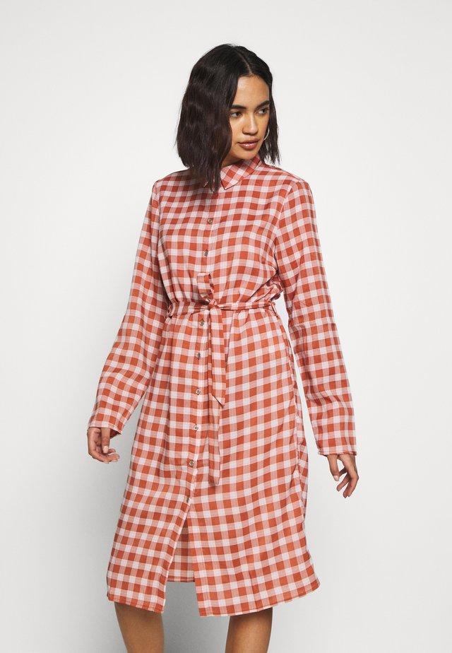 VIDOSSA DRESS - Skjortklänning - copper brown/cloud dancer
