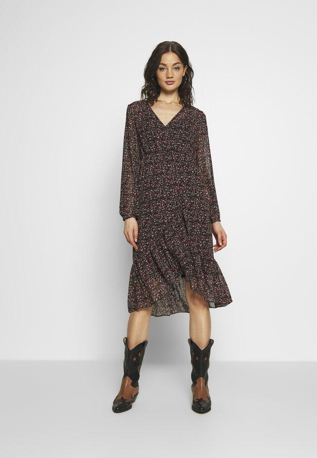 VIRUNA FLOUNCE DRESS - Korte jurk - black/roseblume