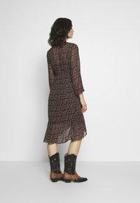 Vila - VIRUNA FLOUNCE DRESS - Sukienka letnia - black/roseblume - 2