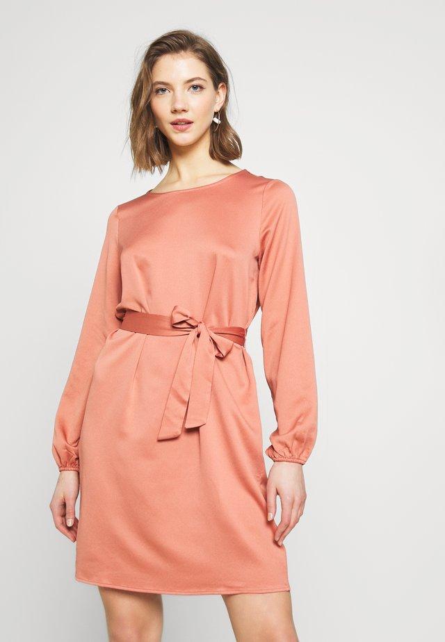 VILOPEZ BELT DRESS - Korte jurk - brick dust