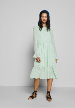 VIKATHRINE KNEE DRESS - Denní šaty - cameo green