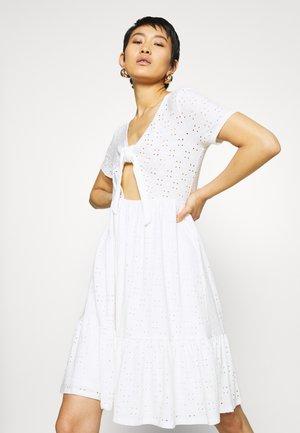 VIKAWA FESTIVAL TIE DRESS - Sukienka letnia - snow white