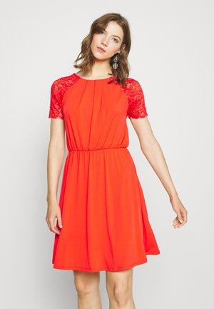 VITAINI DRESS - Vestito di maglina - flame scarlet