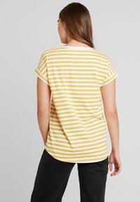Vila - VIDREAMERS - Camiseta estampada - golden rod/optical snow - 2