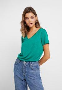 Vila - VINOEL  - T-shirt basic - pepper green - 0