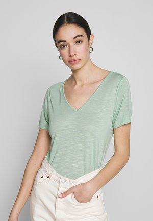 VINOEL  - T-shirt basic - cameo green
