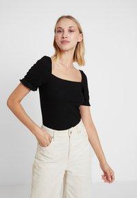 Vila - T-shirts med print - black - 0