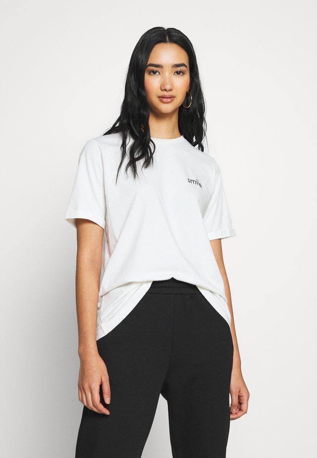 VISMILE  - T-shirt print - cloud dancer/smile