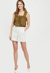 Vila - Shorts - off-white - 1