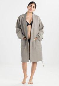 Vossen - ROM - Dressing gown - pepplestone - 1
