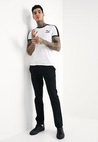 Volcom - FRICKIN MODERN STRETCH - Chino kalhoty - black - 1