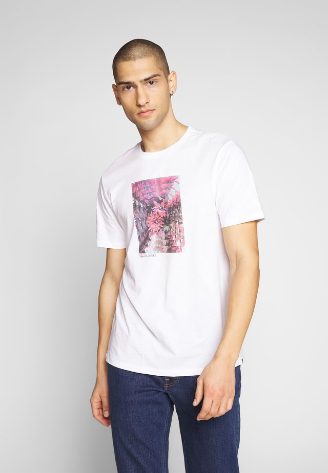 FREQUENT - T-shirt med print - white