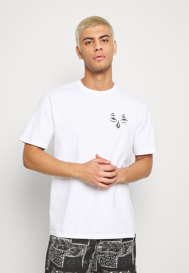 RYAN BURCH TEE - T-shirt z nadrukiem - white