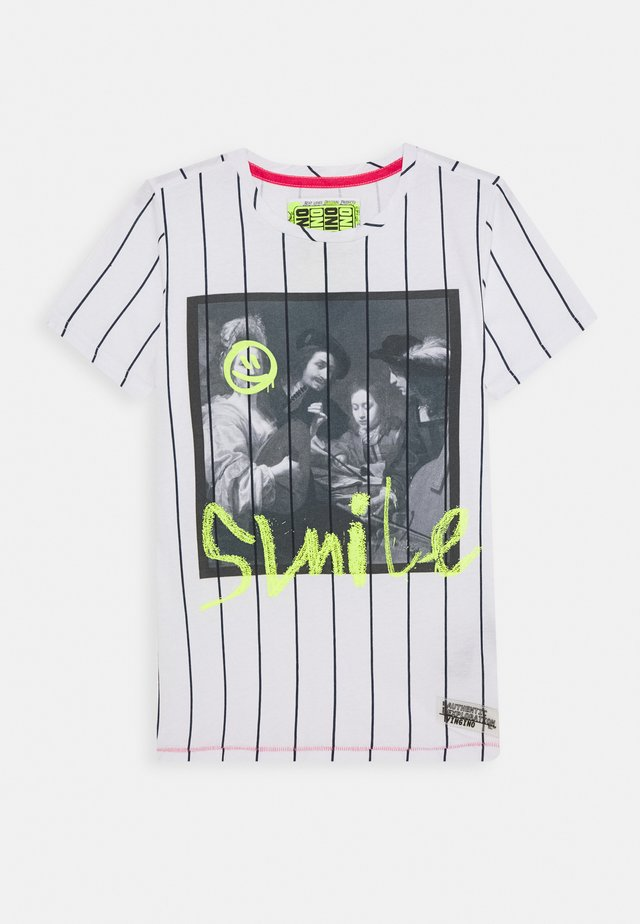 HARTO - Camiseta estampada - real white