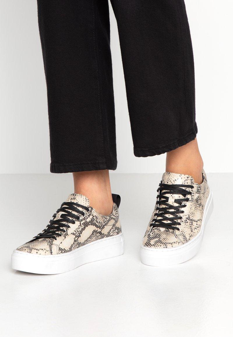 Vagabond - ZOE PLATFORM - Sneakers - sand/black